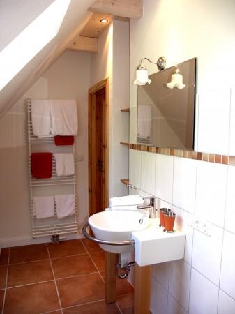 Waschbecken und Handtuchwärmer