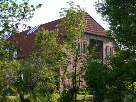 im Obergeschoss befindet sich die Ferienwohnung, links um die Ecke der separate Eingang